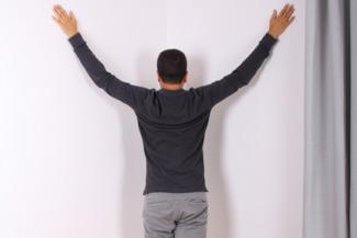 Übung Dehnung Brust HWS