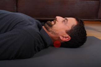 Übung Dehnung Staerkung tiefe Nackenmuskeln Variante 3