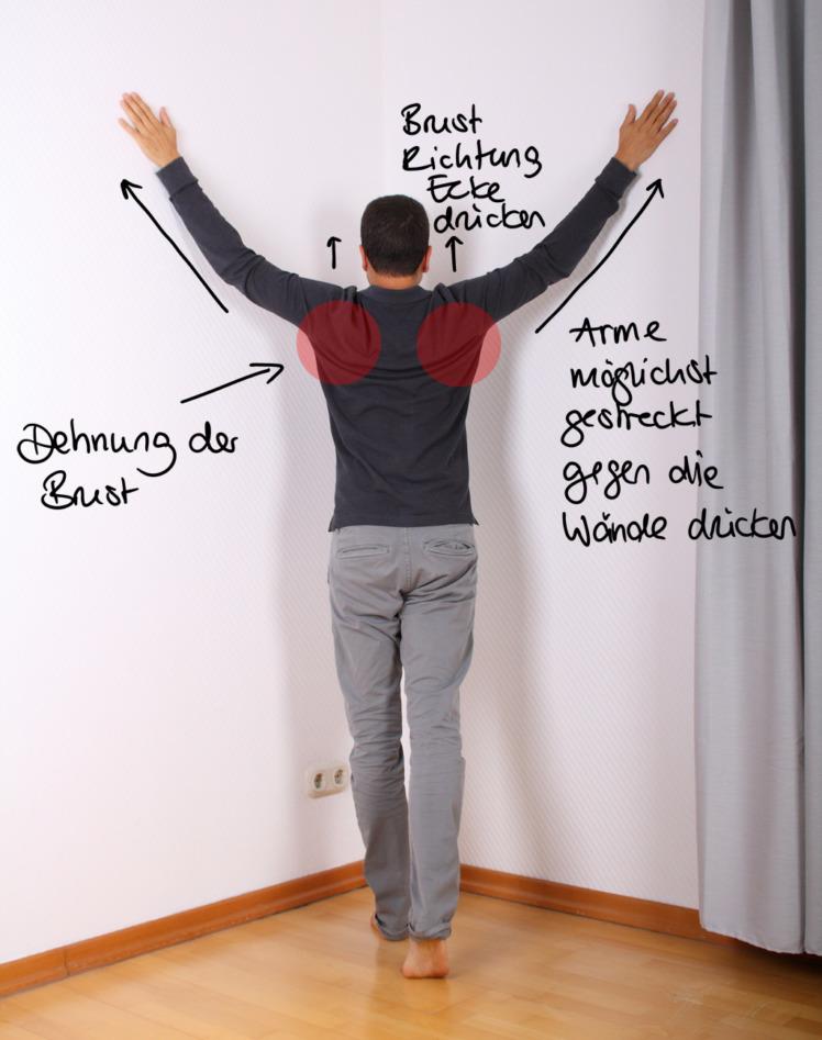 Stelle dich in eine Ecke und hebe deine Arme, so wie du es im Foto sehen kannst. Wenn das zu anstrengend ist, kannst du deine Arme zu Beginn auch etwas weniger nach oben strecken. Nun bewegst du deine Brust Richtung der Ecke, so dass du eine Dehnung in der Brust- und Schultermuskulatur verspürst. Gehe über 1 bis 2 Minuten immer mehr in die Dehnung. Du verspürst nach der Übung eine deutliche Befreiung im Brustbereich. Zur Verstärkung der Übung kannst du alle 30 Sekunden deine Hände so stark du kannst gegen die Wand pressen, danach gehst du wieder stärker in die Dehnung. Das kräftigt zusätzlich. (Wenn du ein Kribbeln in den Fingerspitzen spüren solltest, ist das nicht schlimm. Verspannte Muskeln, die gedehnt werden, drücken etwas auf Nerven)
