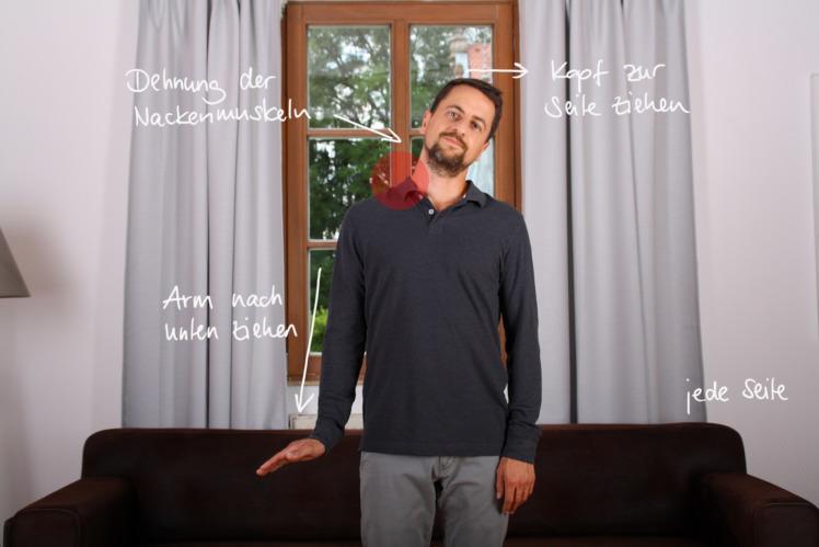 Stelle dich gerade hin, ziehe auf einer Seite den Arm nach unten und hebe die Hand. Der Kopf bewegt sich zur gegenüberliegenden Seite. Die Dehnung wird über den Arm und die Hand gesteuert. Drücke sie nach unten und die Dehnung wird verstärkt. Versuche nicht! die Dehnung durch ein stärkeres Neigen des Kopfes zur Seite zu steuern. Halte beide Seiten 1 bis 2 Minuten in der Dehnungshaltung.