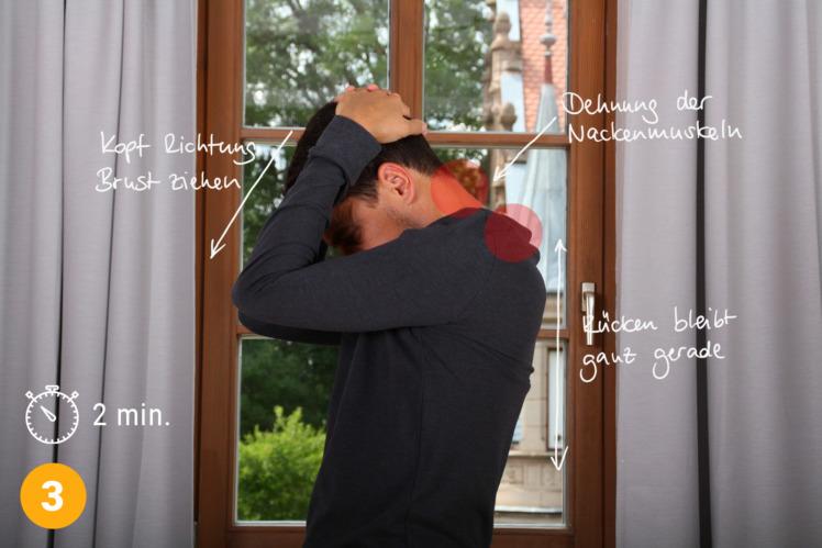 Nun ziehst du deinen Kopf sehr langsam Richtung Brust. Achte darauf, dass ausschließlich dein Kopf sich beugt, der Rest deines Körpers bleibt die ganze Übung über kerzengerade. Richte dich immer wieder auf während der Ausführung dieser Übung. Über 2 Minuten ziehst du sanft deinen Kopf immer mehr Richtung Brust, so dass am Ende dein Kinn diese berührt. Halte diese Dehnung bei.