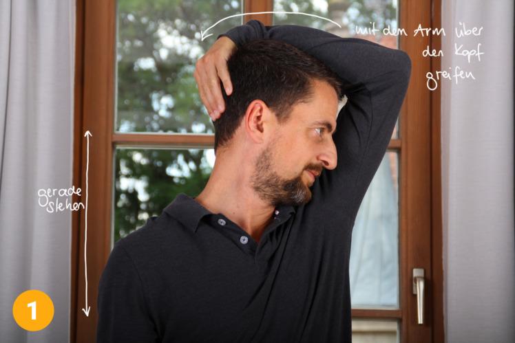 Stelle dich gerade hin, drehe den Kopf zur Seite, greife mit dem Arm auf dieser Seite über den Kopf und ziehe ihn langsam und sanft immer mehr nach unten. Der Körper bleibt stets gerade.
