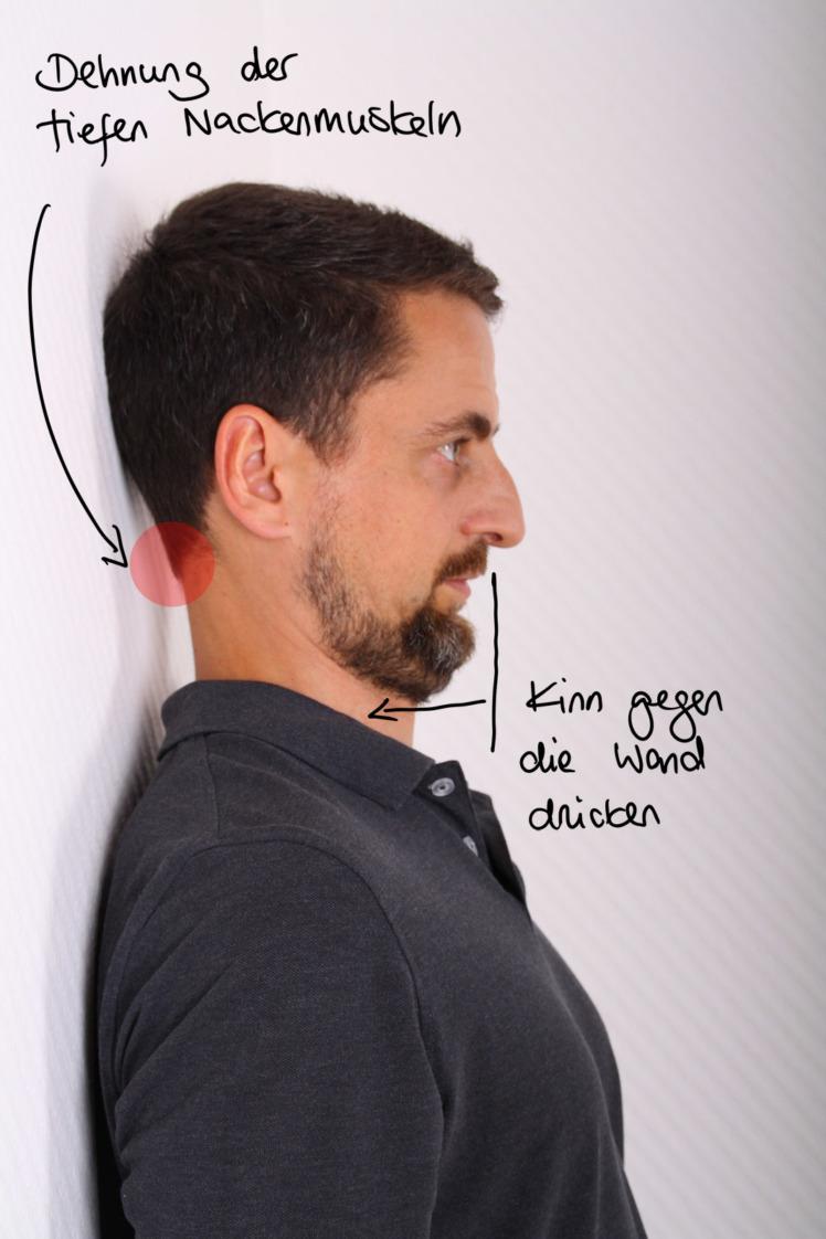 Bei dieser Variante versuchst du dein Kinn Richtung Wand zu ziehen. Gleichzeitig kannst du versuchen das Kinn auch Richtung Brust zu bewegen. Halte auch hier die Position für 30 Sekunden und löse dich dann langsam von der Wand.