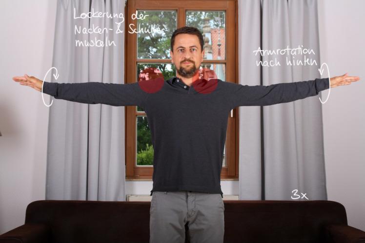 Stelle dich aufrecht hin und beginne deine Arme langsam rückwärts zu rotieren. Wiederhole die Rotation ca. 20x.