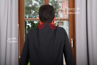 Übung Schulter hochziehen gegen Nackenschmerzen