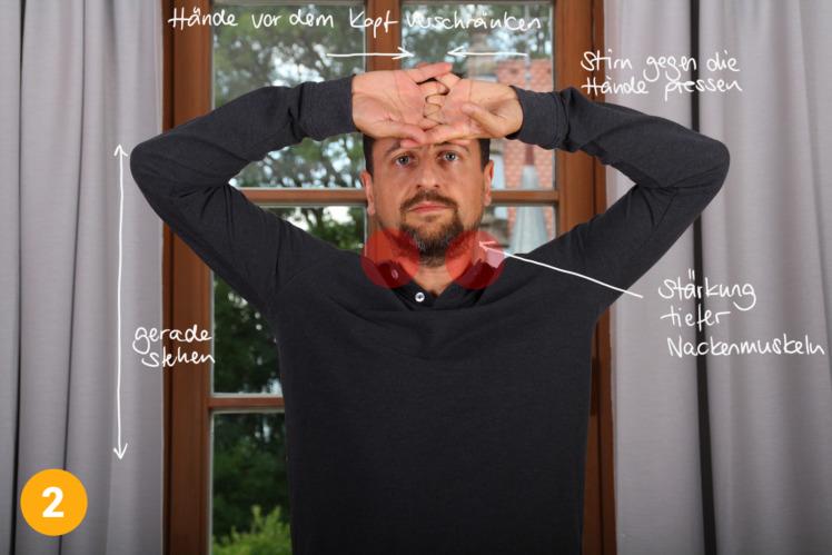 Im 2. Schritt wiederholst du diese Übung, allerdings mit Händen vor der Stirn verschränkt. Du drückst mit dem Kopf gegen die Handrücken für 3x 10 Sekunden.