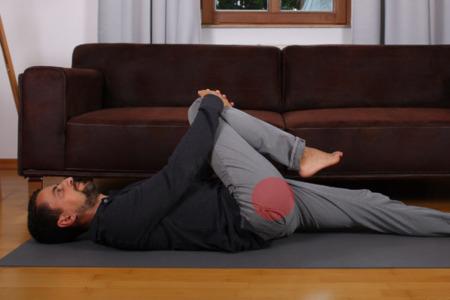 Basisübung bei Rückenschmerzen: Dehnung Pomuskel
