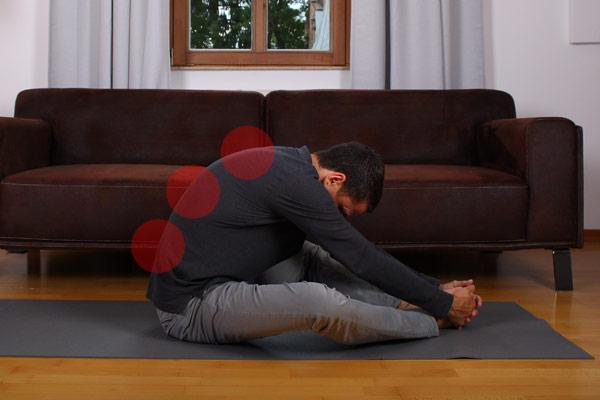 Basisübung bei Rückenschmerzen: Dehnung des ganzen Rückens