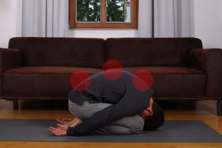 Ganzen Rücken dehnen: Einrollen