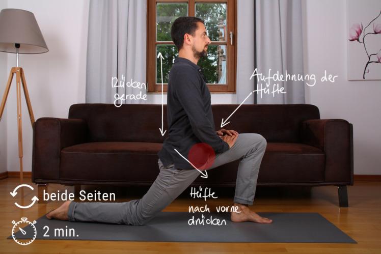 """Gehe in den Ausfallschritt mit einem Knie auf dem Boden, das andere Bein steht angewinkelt. Schiebe nun über 2 Minuten immer mehr deine Hüfte nach vorne, während dein Rücken immer ganz gerade bleibt. Das Knie bleibt dabei immer an der gleichen Stelle am Boden """"kleben"""", nur die Hüfte und der Rest des Oberkörpers schiebt sich gerade nach vorne. Bei 30 und 60 Sekunden presst du dein Bein mit dem Knie am Boden fest in den Boden für jeweils 10 Sekunden. Danach lässt du lockerer und gehst stärker in die Dehnung."""