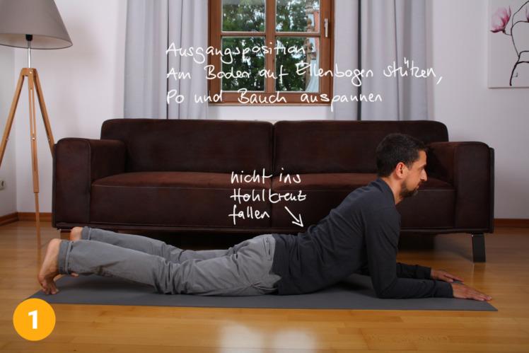 Lege dich auf den Bauch und stütze dich auf die Unterarme. Diese sind im 90° Winkel vor dir. Richte deinen Oberkörper langsam auf, so dass dieser sich vom Boden hebt. Hüfte abwärts versuchst du aber liegen zu bleiben. Der Rücken ist nie im Hohlkreuz. Die Dehnung sollte sehr bald beginnen. Du kannst während der Übung dann die Hüfte noch leicht nach unten drücken, während der Oberkörper sich versucht aufzurichten.