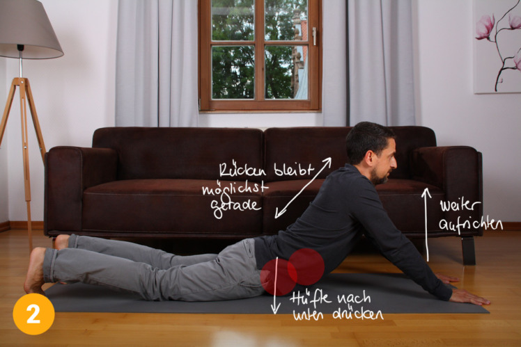 Anspruchsvoller, aber auch effektiver ist die Verstärkung der Dehnübung: Du streckst deine Arme, während du deinen Oberkörper weiter aufrichtest. Die Hüfte wird nach unten gedrückt, der Rücken bleibt weiter gerade. 2 Minuten.