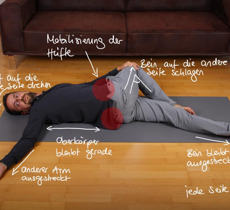 Nach 1 Minute wechselst du die Seite. Du legst das gerade noch angewinkelte Bein gerade hin und schlägst das andere zur gegengesetzten Seite. Der Oberkörper, Kopf und Arm drehen sich wieder auf die entgegengesetzte Seite.