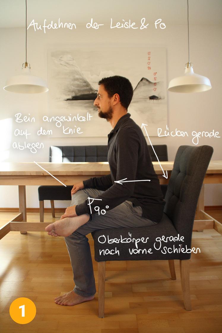 Setze dich ganz gerade auf einen Stuhl. Lege ein Bein auf dem anderen ab, es entsteht ein 90° Winkel am abgelegten Bein. Halte dich an diesem Bein fest und ziehe dich innerhalb von 2 Minuten immer mehr mit dem Oberkörper nach vorne. Der Rücken bleibt dabei immer gerade. Du verspürst eine starke Dehnung in der Leiste und auch im Po.