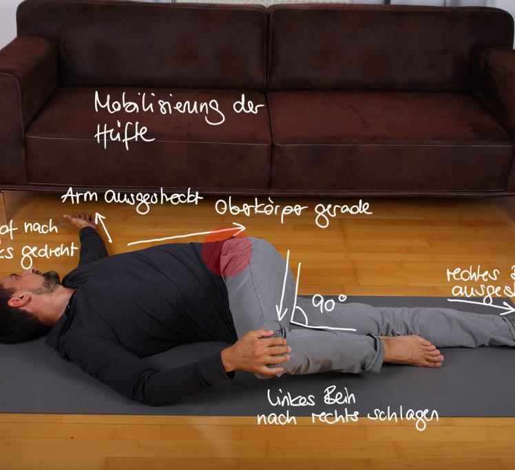 Lege dich auf den Rücken und schlage das Bein von der einen Seite auf die andere. Das zweite Bein bleibt flach liegen. Der Oberkörper rotiert in die gegengesetzte Richtung, der Arm und Kopf folgen dieser Richtung. Als würdest du ein Handtuch auswringen, verdrehst du deinen Körper einmal von der einen auf die andere Seite.