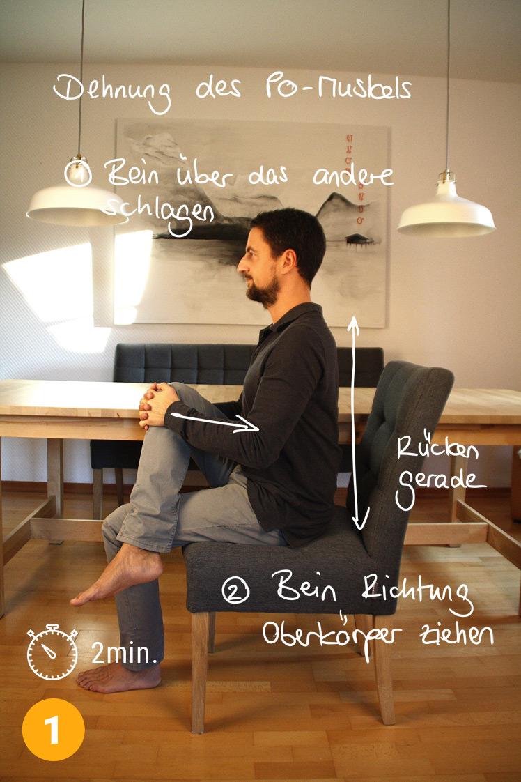 Setze dich kerzengerade auf einen Stuhl. Schlage ein Bein über das andere und umfasse dessen Knie mit den Händen. Nun ziehst du das Bein schräg Richtung Oberkörper. Die Gesäßmuskeln dehnen. Verstärke die Dehnung über 2 Minuten.