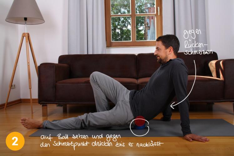 Hier siehst du nochmal in der Ganzkörper-Ansicht, wie ich auf dem Ball sitze. Ein Bein ist angewinkelt und stützt den Körper ab, ebenso die Arme. So kann ich die Intensität der Pressur gut beeinflussen, indem ich mal mehr, mal weniger Druck auf den Ball ausübe.