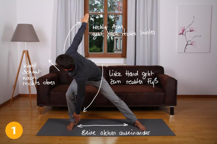 Stelle dich mit gespreizten Beinen hin und bewege in einer fließenden Bewegung den linken Arm zum rechten Fuß und umgekehrt. Die Bewegung kann durchaus zügig durchgeführt werden. Der Kopf schaut immer zur Bewegungsseite. Der andere Arm wird nach hinten bewegt.