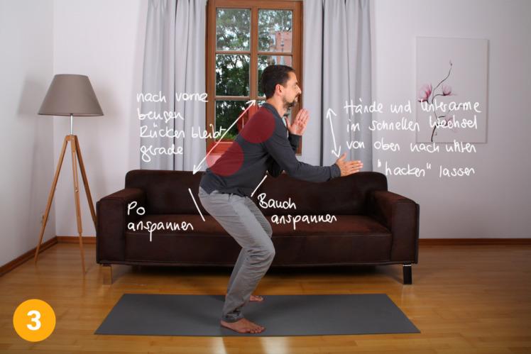 Nun spannst du den Po und den Bauch an und bewegst deinen Oberkörper gerade nach vorne. Deine Arme hebst du vor deinen Oberkörper und beginnst im schnellen Wechsel eine Hackbewegung durchzuführen. Dein Körper bleibt bei dieser Hackbewegung steif und angespannt. Nur die Hände bewegen sich schnell und kräftig auf und ab.