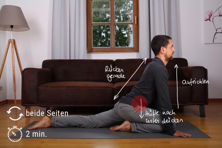 Setze dich auf eine Gymnastikmatte oder einen Teppich, winkle ein Bein an, das andere streckst du nach hinten. Du sitzt als quasi auf einem eingeknickten Bein. Dann stützt du dich vor deinem Körper ab und richtest den Oberkörper immer mehr auf. Dabei schiebst du die Hüfte (die Seite des ausgestreckten Beins) leicht nach vorne, so dass du eine Dehnung spürst. Wenn die Dehnung nachlässt, gehst du stärker hinein. Aber nie so, dass es schmerzt. Wechsle nach 2 Minuten die Seiten, halte den Rücken stets gerade.