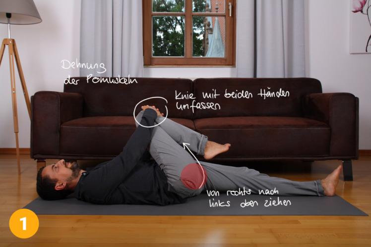 Lege dich auf den Boden und strecke die Beine von dir. Du liegst ganz gerade. Nun ziehst du mit deinen Händen ein Knie diagonal Richtung Brust. Du ziehst das Knie also schräg zu dir. Dadurch entsteht eine Dehnung im Gesäßmuskel.