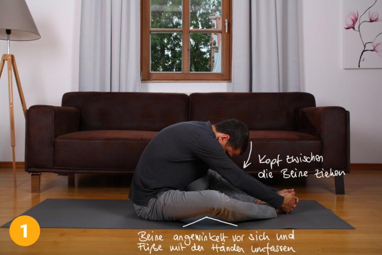 Setze dich auf eine Matte oder einen Teppich, die Beine streckst du etwas aus, so dass sie aber noch leicht angewinkelt bleiben. Nun greifst du mit beiden Händen deine Füsse und hältst sie vor dir fest. Dann ziehst du dich selber an den Füssen mit dem Oberkörper nach unten Richtung Boden. Den Kopf rollst du leicht in Richtung Brust ein.