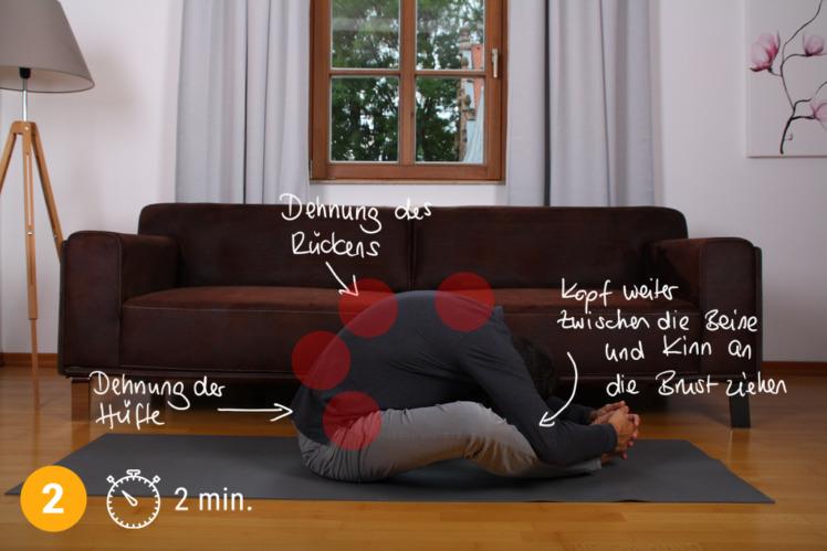 Führe die Übung ca. 2 Minuten durch und versuche dich mit der Zeit immer mehr in Richtung Boden zu dehnen. Wenn du gelenkig bist, kannst du sogar mit der Stirn den Boden berühren. Wichtig ist, dass die Dehnung stetig gesteigert wird, jedoch nie Schmerzen verursacht. Du dehnst hiermit nicht nur den breiten Rückenmuskel bei Schmerzen im oberen Rücken, sondern auch den Kapuzenmuskel und den Hüftbeuger.