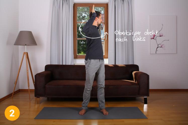 Nun rotierst du den Oberkörper zur einen Seite und verharrst dort 2-3 Sekunden. Der Unterkörper bleibt weitestgehend gerade.