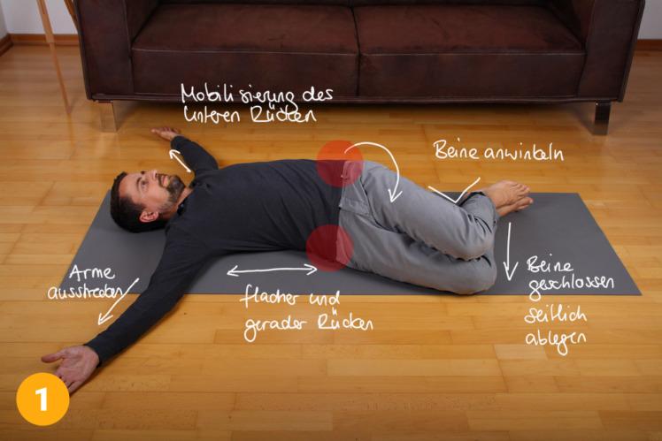 Lege dich auf den Boden und winkle beide Beine etwa 90° an. Breite deine Arme aus, der Oberkörper bleibt immer flach auf dem Boden abgelegt. Nun lässt du die angewinkelten Beine auf eine Seite ablegen.