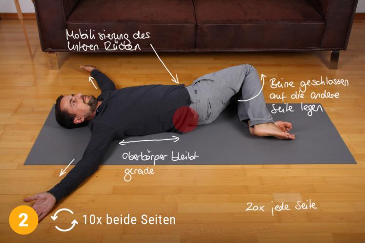 Nun drehst du die Beine auf die andere Seite. Das wiederholst du ca. 10x auf jeder Seite. Wie lange du die Beine abgelegt lässt auf einer Seite, bleibt dir überlassen. Wichtig ist nur, dass der Oberkörper gerade und flach bleibt.